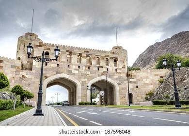 Stadttor in Muscat, Oman, an einem bewölkten Tag
