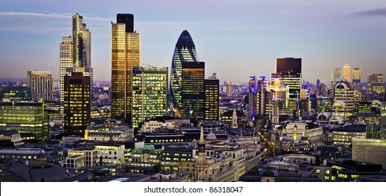 Cidade de Londres, um dos principais centros de finanças global.Esta vista inclui Tower 42 Gherkin, Willis Building, Stock Exchange Tower e Lloyd`s de Londres e Canary Wharf ao fundo.