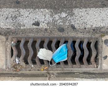 Residuos de la ciudad llenos de suciedad y mascarilla de caldo