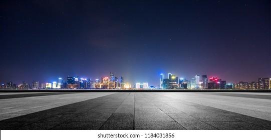 City Square Road Plattform und City-Nacht-Ansicht - hoher Blickwinkel.