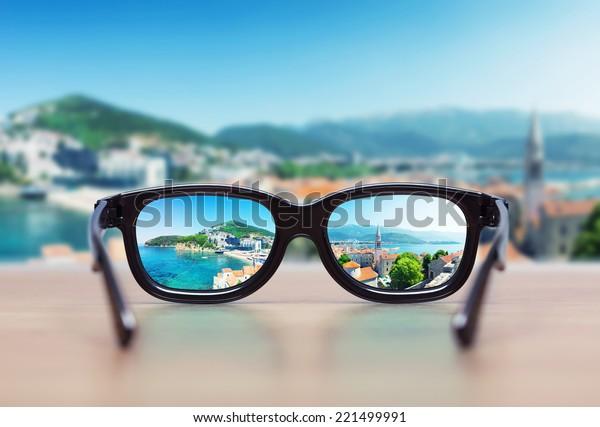 Paisagem urbana focada em lentes de óculos