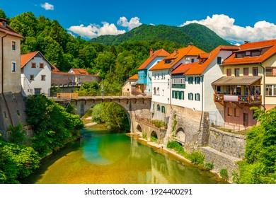Stadtbild von Škofja Loka, Slowenien. Aussicht auf die Capuchin-Brücke über die Selška Sora im alten Stadtzentrum