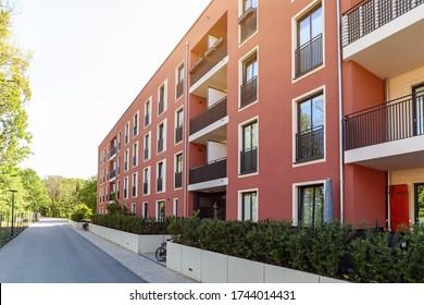 Stadtbild mit modernen Wohngebäuden in einem neuen Wohngebiet in der Stadt, Konzept für die Bauindustrie, Immobilienmakler und Verkauf von Wohnungen