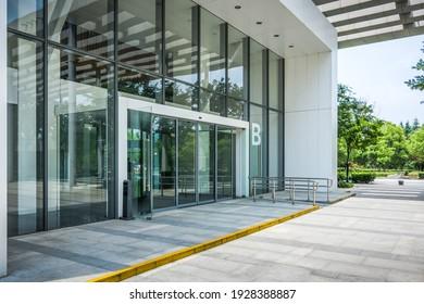 Bürogebäude der Stadt mit moderner Unternehmensarchitektur - Business- und Erfolgskonzept