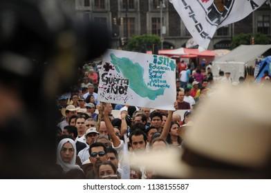 Ciudad de México, México. 6 de abril del 2011. Marcha contra la inseguridad y la delincuencia.