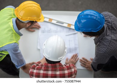 Civil engineers are looking for construction jobs at the construction site.