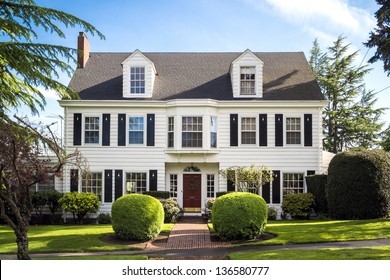 Classic-amerikanisches Vorstadthaus mit blauem Hintergrund