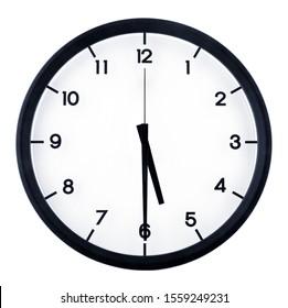 Horloge analogique classique pointant à 55 heures, isolée sur fond blanc