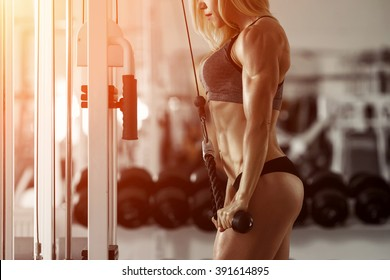 Classic bodybuilding. Muscular blonde fitness woman doing exercises in the gym. Fitness - concept of healthy lifestyle. Fitness woman in the gym. Crossfit woman. Bodybuilder woman in the gym.