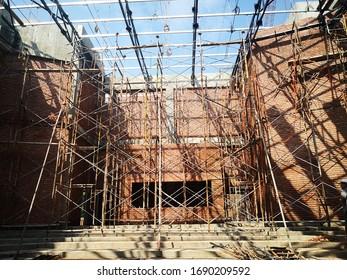 Klassisch gepolsterte Bausteine an der Baustelle.