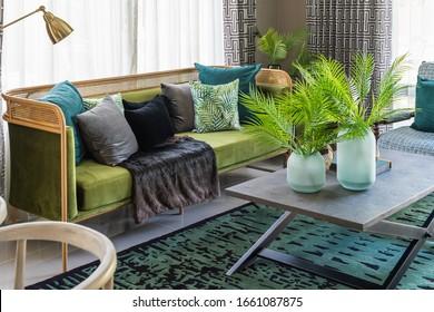 klassischer Wohnzimmerstil mit Sofa und Kissen, Design-Innendekorationskonzept