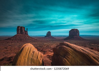 Klassische Panoramasicht auf das malerische Monumental mit den berühmten Mittens und Merrick Butte, beleuchtet in wunderschönem mystischem Mondlicht an einer Sternennacht im Sommer, Arizona, American Southwest, USA