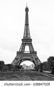 Classic photo of Paris' Eiffel tower in black and white