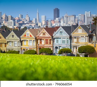 Classic postcard view of famous Painted Ladies at scenic Alamo Square, with the skyline of San Francisco in the background on a beautiful sunny day with blue sky in summer, California, USA