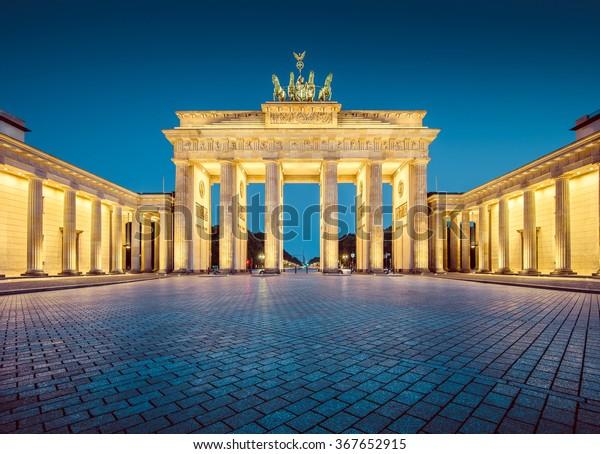 Klassische Sicht auf das Brandenburger Tor, eines der bekanntesten Wahrzeichen und Nationalsymbolische Deutschlands, in Morgendämmerung, Berlin, Deutschland
