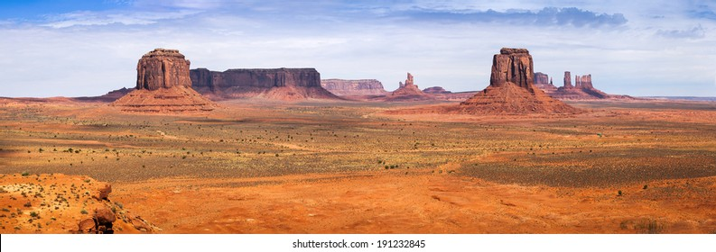 Classic view of Monument Valley from Artist Point. Monument Valley Navajo Tribal Park, Utah and Arizona, USA