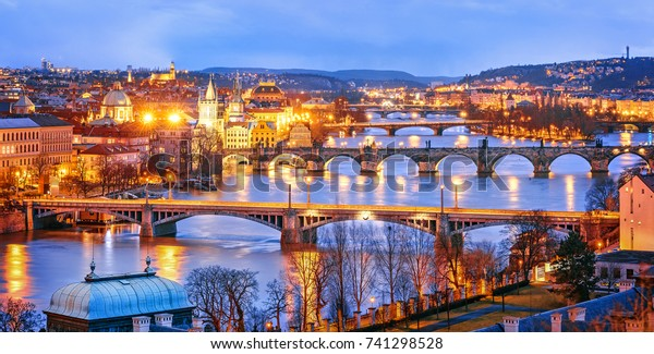 Klassische Sicht auf Prag bei Twilight, Panorama von Brücken auf Moldau, Blick von oben, schöne Brücken Aussicht. Winterlandschaft. Prag ist ein berühmtes und sehr beliebtes Reiseziel.Tschechische Republik.
