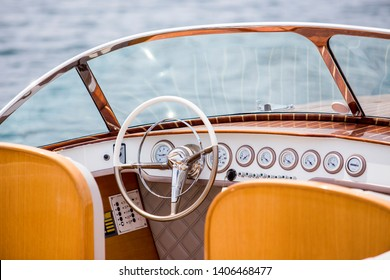 Classic Wooden Speed Boat - steering wheel und dashboard