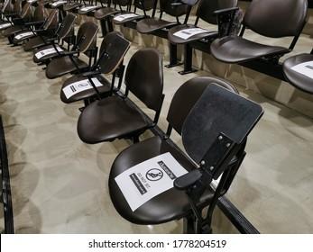 教室の席並みは、隣り合う椅子の横に座って社会的な距離を置かないでください。Covid-19は、新しい普通の生活です。