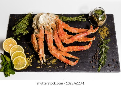 claw of a king crab on a platter