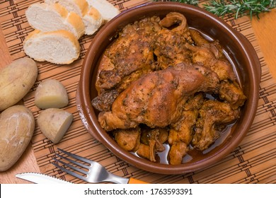 Mariscos de arcilla con conejo de salmorejo y patatas, típicos de las Islas Canarias