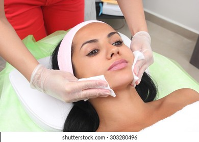 Clean the face with a napkin in a beauty salon.