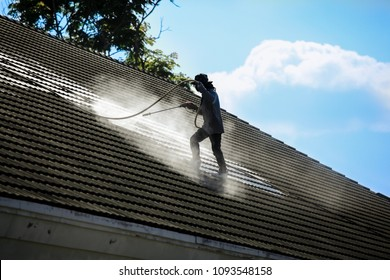Clean the roof with high pressure water. Problems with moss and moss The concept brings to the cleaning.
