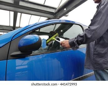 clean the windscreen