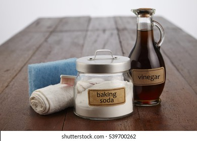 cleaning agent baking soda with vinegar