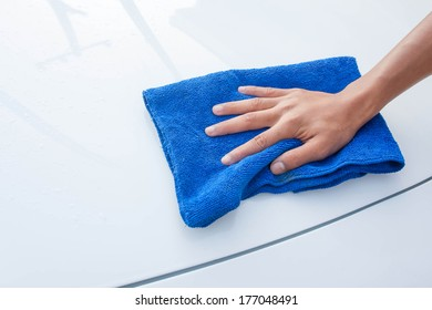 cleaning car using microfiber cloth
