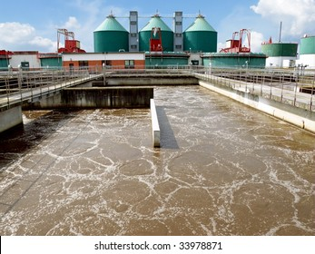 Cleaning construction pool for sewage treatment