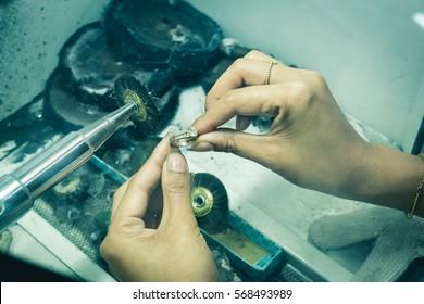 Cleaning diamonds