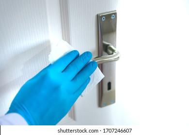 Reinigung und Desinfektion von Oberflächen mit Handschuhen, um die Ausbreitung von Covid-19, 2019-nCoV oder Coronavirus zu stoppen. Desinfizieren nasse Wischwischmittel, um die Oberfläche des Schreibtisches zu Hause, im Büro, im Krankenhaus zu wischen.