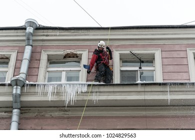 Cleaning of roofs from snow and icicles. Working cleaning work with insurance. Russia, St. Petersburg 13.02.2018