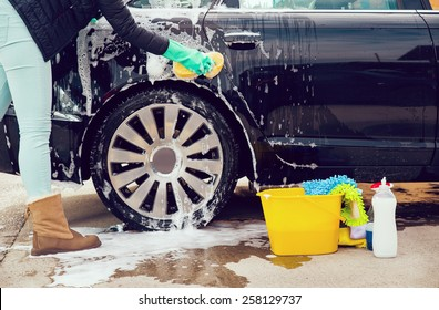 Cleaning the wheel car wash with a sponge