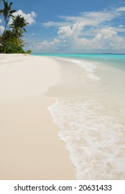 Clear beach, sky and turquoise ocean. Maldives.