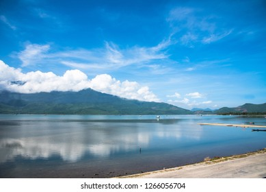 The clear sky and clear blue water ponds are the source of oyster breeding in Vietnam.
