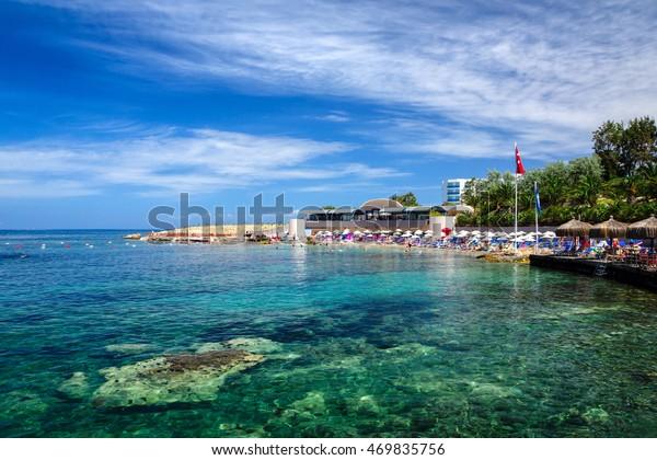 Klare türkisblaue Gewässer am Strand von Kusadasi, Türkei