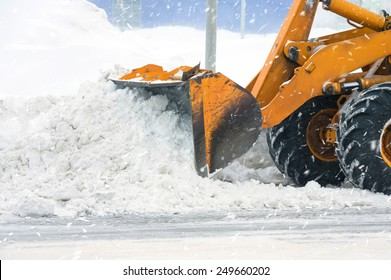 Clearing by the excavator of snow drifts