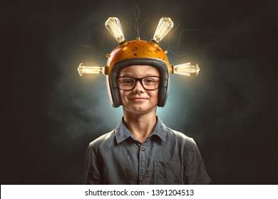 Chico inteligente con casco de bombilla