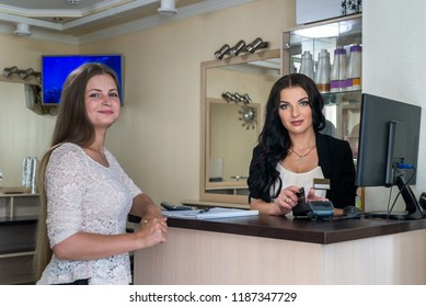 Client paying in beauty salon via credit card