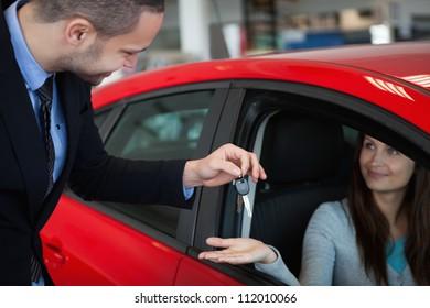 Client receiving car keys in a dealership