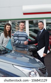 Client shaking the hand of a man in a dealership