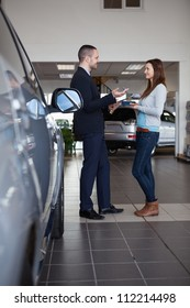 Client speaking with a salesman in a dealership
