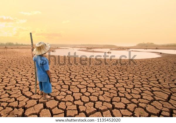 Изменение климата и мировая экологическая концепция. Дети смотрят на высыхание реки после засухи воздействие на лето.