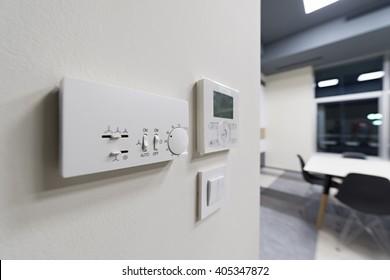 Klimakontrolle an Bürowand, selektiver Fokus