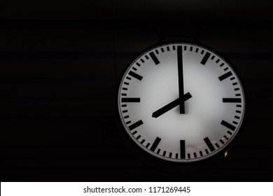 Clock display To convey the importance of living. Should not waste time. Because all the time in life is precious.