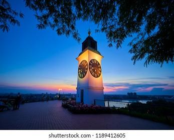 Uhrturm auf der Petrovaradin-Festung, Novi Sad, Serbien bei Sonnenuntergang
