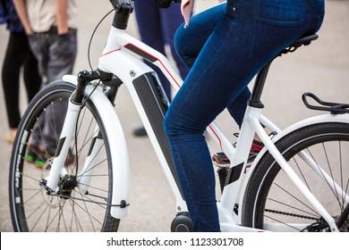 Nahaufnahme eines Batteriepakets eines modernen elektrischen Fahrrads