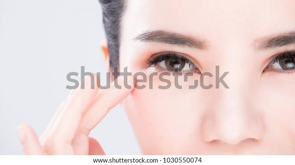 グレイの背景に美人の目の接写